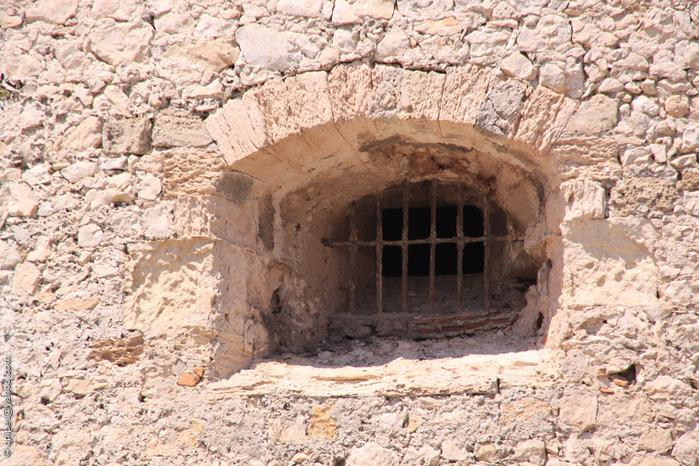 узкие окна из тюрьмы замка Иф (700x466, 204Kb)