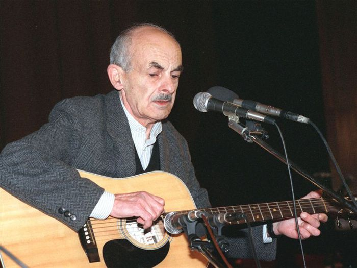 Булат Шалвович Окуджава - бард, поэт, исполнитель, музыкант, прозаик/1482089_caa8cg (700x525, 56Kb)