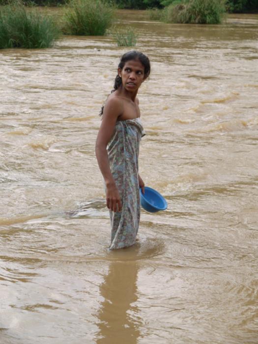 Девки моются в речке