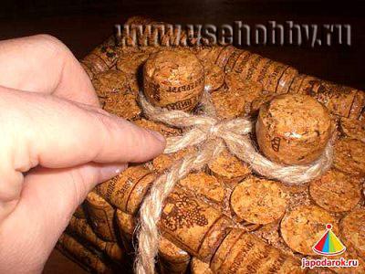 Крышку шкатулки декорируем шпагатной петлей