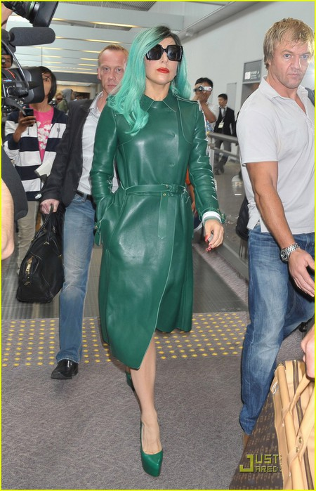 lady-gaga-arrives-in-japan-12 (450x700, 99Kb)