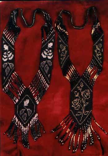 Сылянки, или плетенки, - ровные полоски из бисера, которые завязывают сзади на шее.