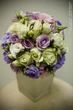 На протяжении многих лет большинство невест шли под венец с букетом из роз.  Юная девушка, держащая в руках...