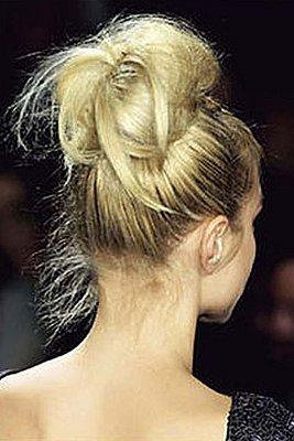 """Мода ещё не докатилась до самых до окраин.  Ещё отмечу, что часто тугой  """"зализанный """" пучок завязывают."""