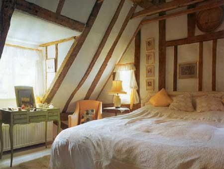 интерьер спальни в мансарде.