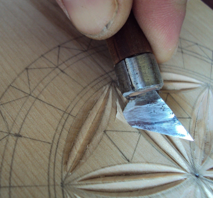 Теперь вырезаем треугольнички ножом-косяком.  Пяточкой, под углом примерно 45 градусов врезаем инструмент в дерево...