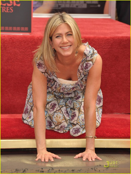 jennifer-aniston-handprint-ceremony-06 (527x700, 97Kb)