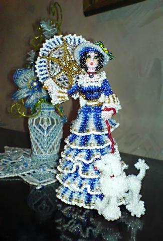 Красивые и элегантные куклы из бисера будут красоваться на вашем столе, фотография, дама с собачкой.
