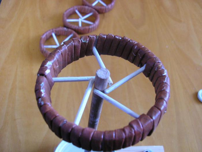 Декоративные кашпо-коляски из газетных трубочек (9)