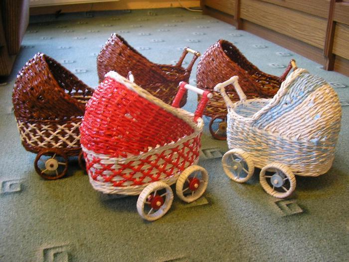 Декоративные кашпо-коляски из газетных трубочек (16)