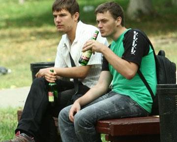 Документ запрещает распитие спиртного на улицах и в общественных местах...