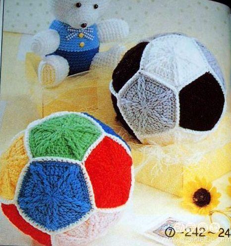 Мячик связан крючком из пятиугольных деталей.  Понадобится 12 деталей.  Вязать можно из остатков разноцветной пряжи...