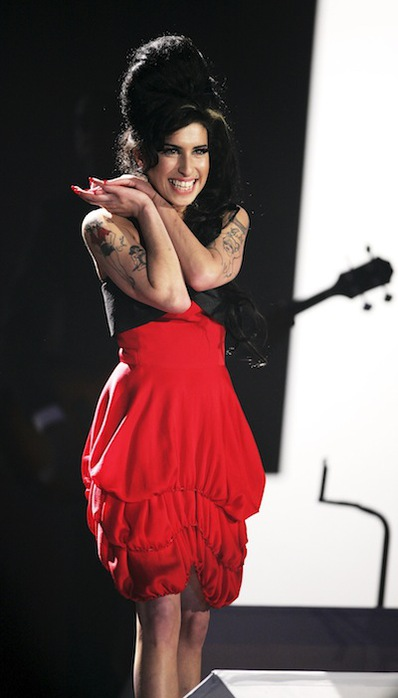 Умерла британская певица Эми Уайнхаус (Amy Winehouse)/2822077_amy_winehouse_brit_awards_performance_20071 (398x700, 52Kb)