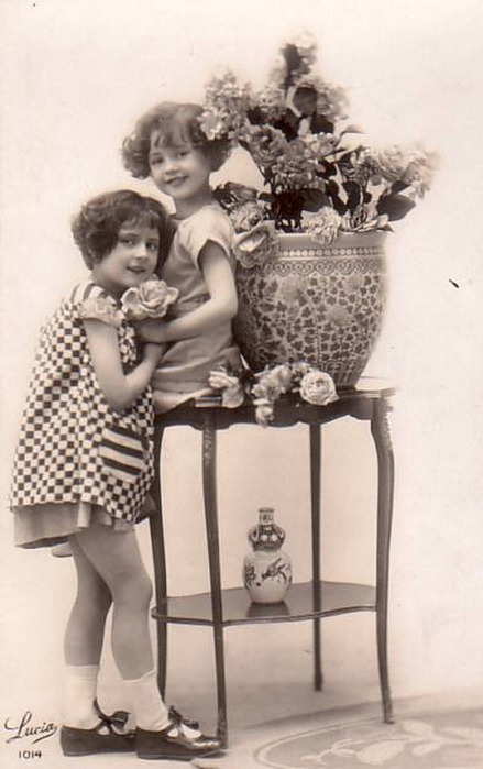 Picture-Postcards-Young-Girls-with-flower-vase (439x700, 75Kb)