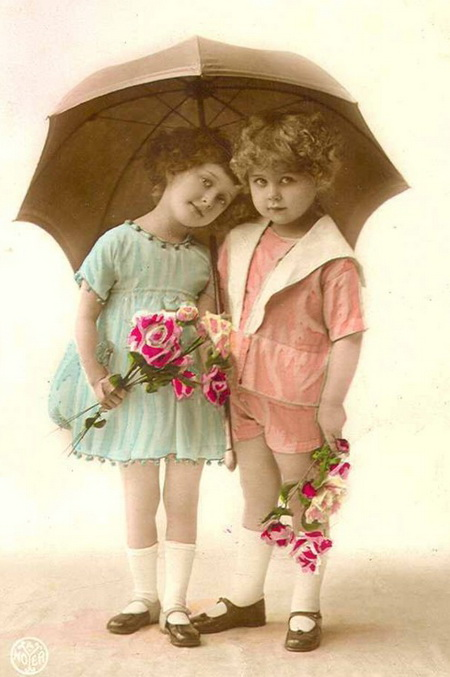 Two-girls-with-an-Umbrella-postcard (450x677, 86Kb)