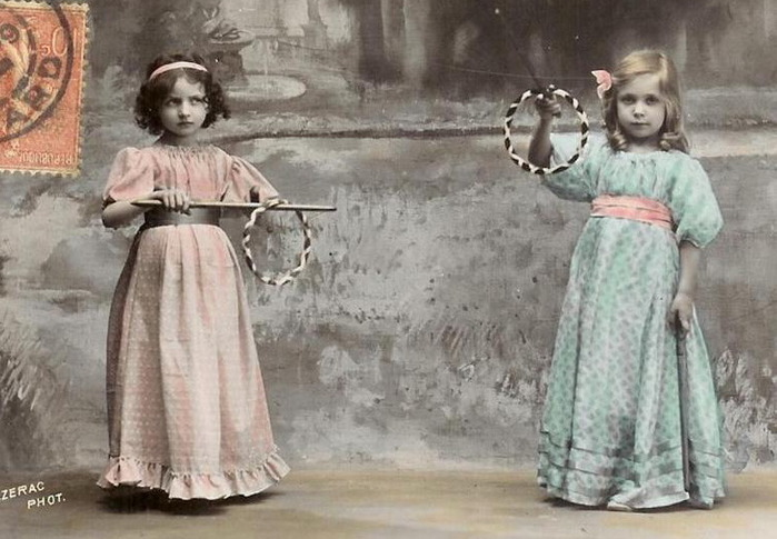 Two-little-girls-in-long-victorian-dresses (700x485, 103Kb)