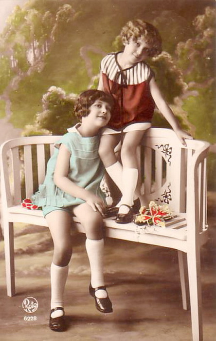 Two-young-girls-wearing-short-skirts-Picture-Postcards (444x700, 85Kb)