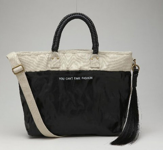 """Фото Вы не сможете подделать моду: коллекция  """"протестующих """" сумок."""
