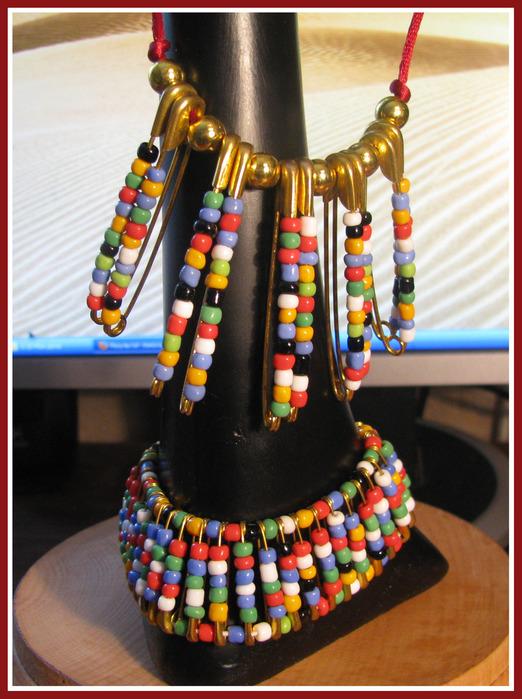 Вот моя попытка сделать украшения из бисера и английских булавок - браслет, серьги и украшения на шею.