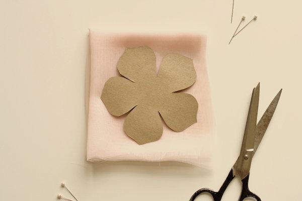 как сделать цветок из ткани, шаг 2.