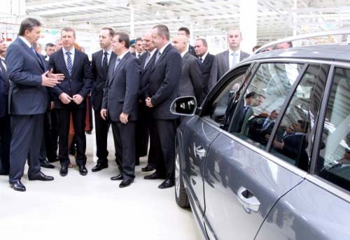 Янукович на машине (500x343, 46Kb)
