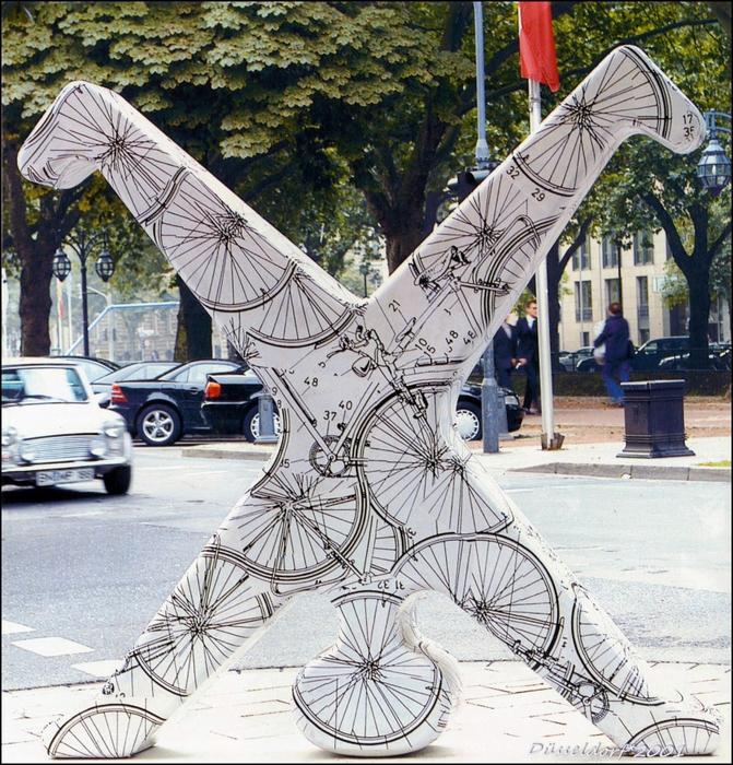 Фигурка колесящего человечка, стилизованная (между прочим!) профессором-ювелиром Фридрихом Беккером (Friedrich Becker), Radschаеger=Радшлегер – символ Дюссельдорфа.