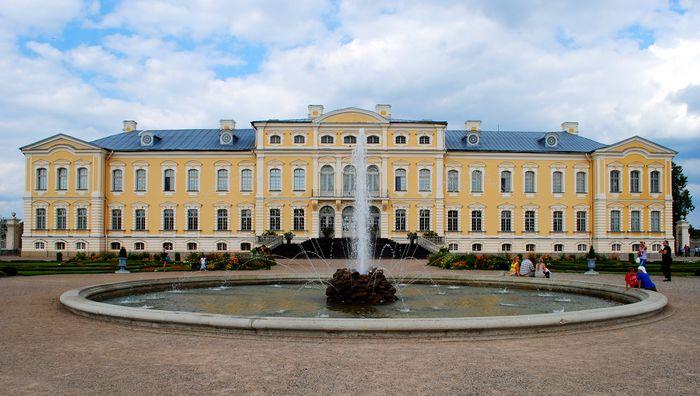 Рундальский дворец - барочный дворцовый комплекс в Латвии.Построен  в 1730-х (700x396, 60Kb)