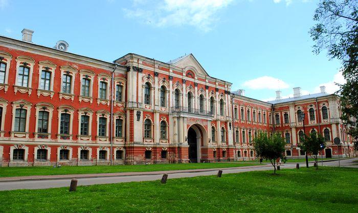 Зимняя резиденция Курземского и Земгальского герцога Э.И.Бирона в Митаве (700x416, 73Kb)