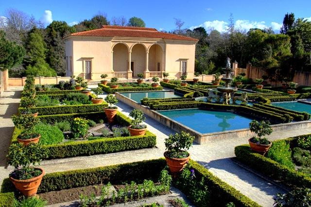 Регулярный стиль итальянского сада представляет собой строго...