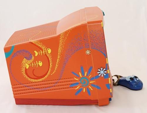 """""""Домик """" сделан из старого монитора, для украшения его использовалось несколько клавиш от клавиатуры и краски."""