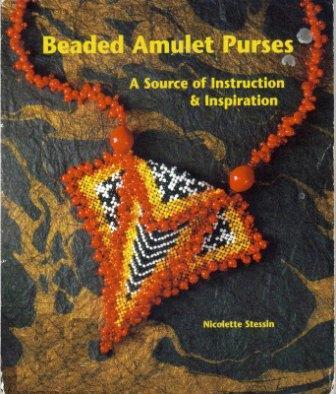 В книге представлены миниатюрные сумочки-амулеты из бисера.  7 проектов с подробными инструкциями и галерея работ от...