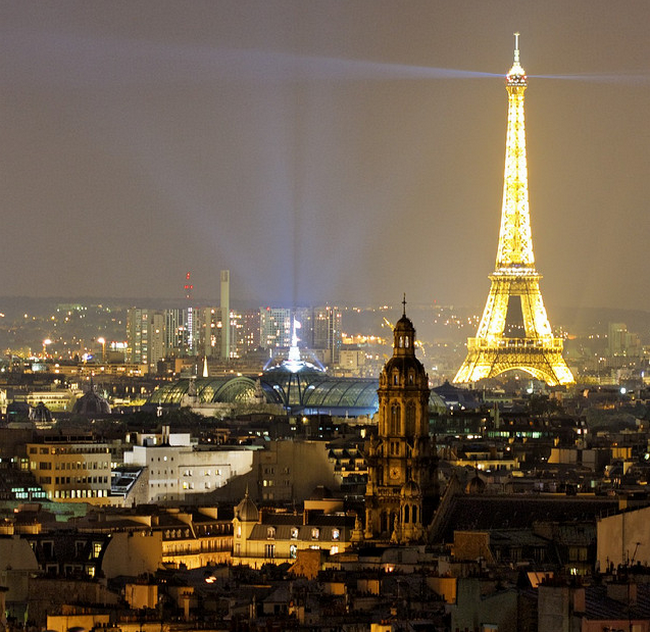 The Eiffel Tower is lighting Paris  Flickr - Photo Sharing! (650x632, 823Kb)