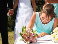 Одни невесты хотят, чтобы свидетельницей была женщина не.