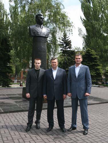 Янукович с сыновьями (378x500, 61Kb)