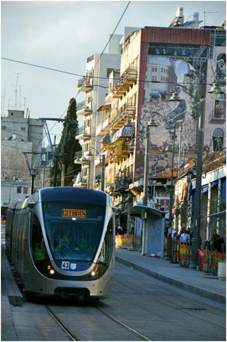 Дети в новом иерусалимском поезде