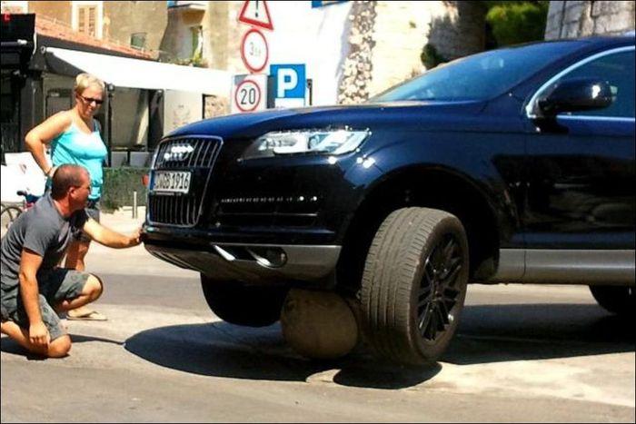 car-stuck-on-rock-01 (700x467, 56Kb)