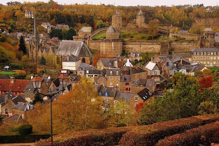 Фужер (Fougeres) — старинный город-крепость с 13 башнями в Бретани 38999