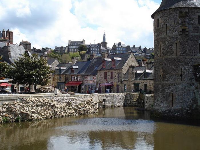 Фужер (Fougeres) — старинный город-крепость с 13 башнями в Бретани 76974