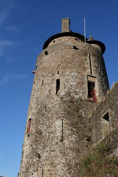 Фужер (Fougeres) — старинный город-крепость с 13 башнями в Бретани 86362