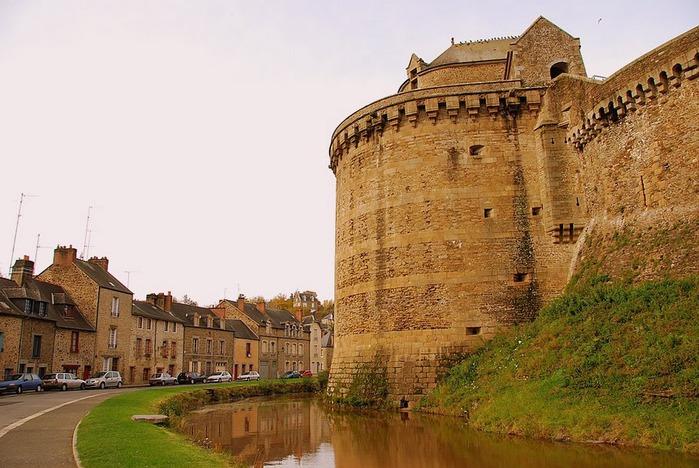Фужер (Fougeres) — старинный город-крепость с 13 башнями в Бретани 86755