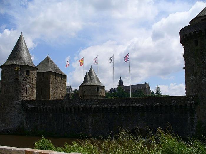 Фужер (Fougeres) — старинный город-крепость с 13 башнями в Бретани 97825