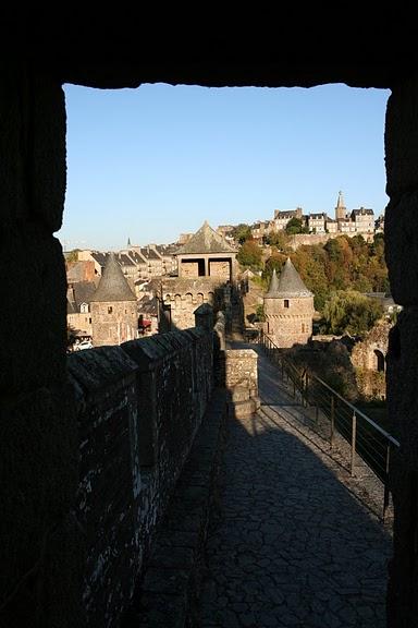 Фужер (Fougeres) — старинный город-крепость с 13 башнями в Бретани 13146