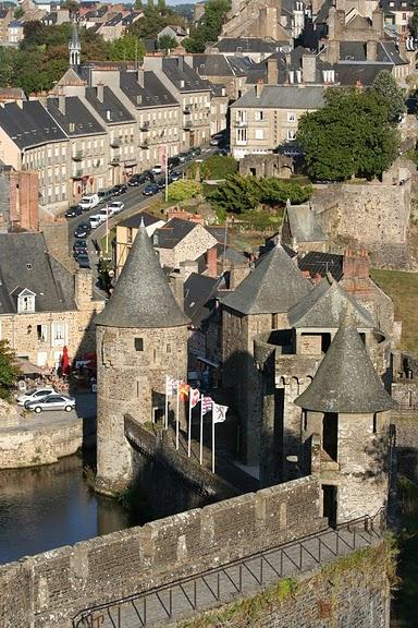 Фужер (Fougeres) — старинный город-крепость с 13 башнями в Бретани 29416