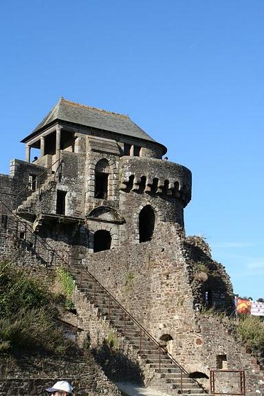 Фужер (Fougeres) — старинный город-крепость с 13 башнями в Бретани 18658