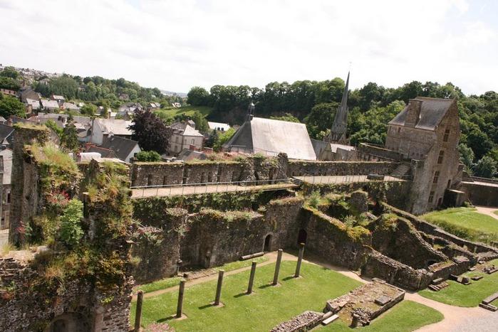 Фужер (Fougeres) — старинный город-крепость с 13 башнями в Бретани 18973