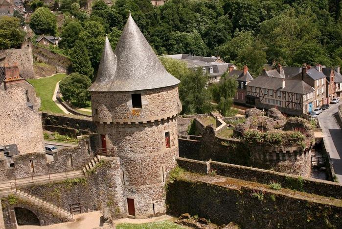 Фужер (Fougeres) — старинный город-крепость с 13 башнями в Бретани 27423