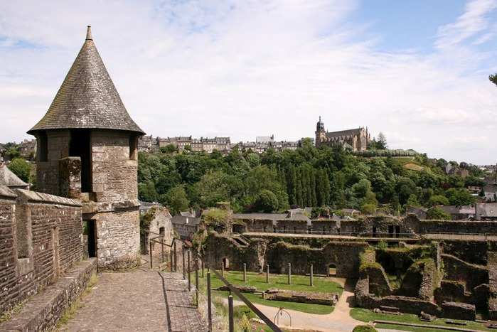 Фужер (Fougeres) — старинный город-крепость с 13 башнями в Бретани 96825