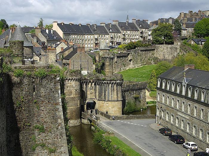 Фужер (Fougeres) — старинный город-крепость с 13 башнями в Бретани 13783