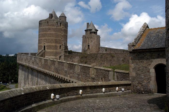 Фужер (Fougeres) — старинный город-крепость с 13 башнями в Бретани 44440
