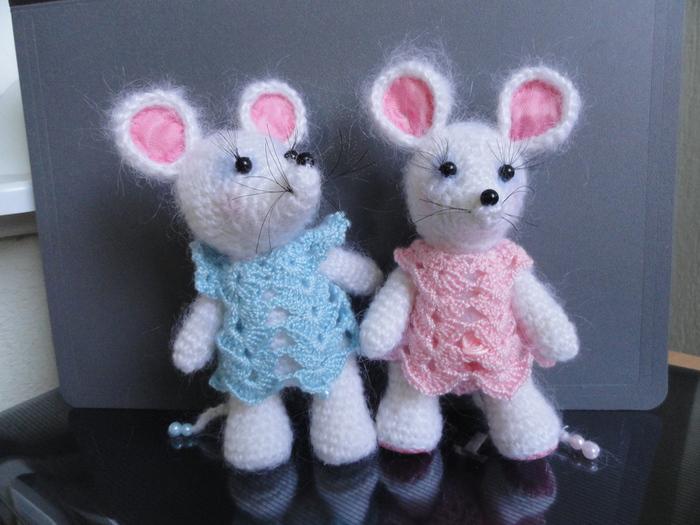 Вот наконец то и в моем доме завелись мышки!Да непростые -а белые ,ручные.Самое красивое в них хвостики-их связала...